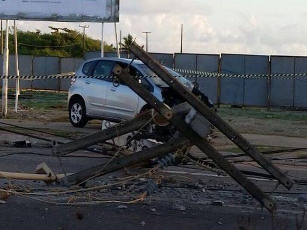Carro colide com poste em Aracaju (Foto: Marina Fontenele/G1)