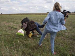 Repórter que chutou refugiados sírios diz que não vai pedir desculpas