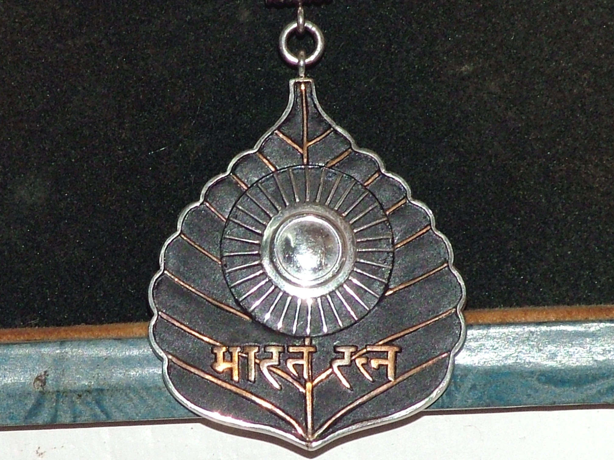 http://upload.wikimedia.org/wikipedia/commons/f/f6/Bharat_Ratna.jpg