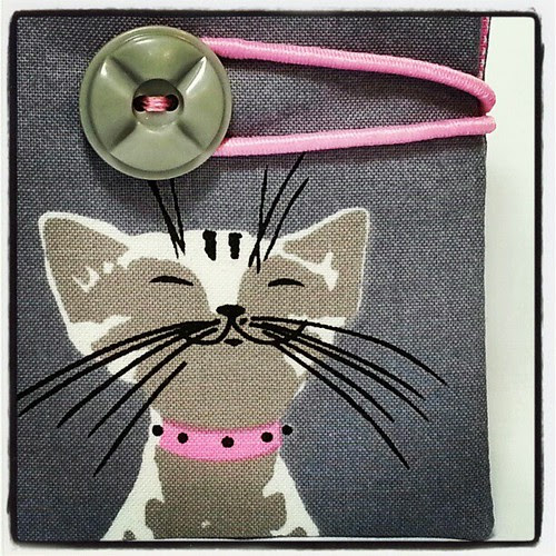 Belated x-mas present for my mom, a kitty needlebook.