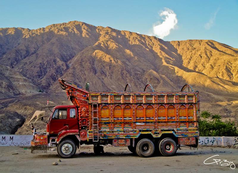 Arte dos coloridos caminhões paquistaneses 03