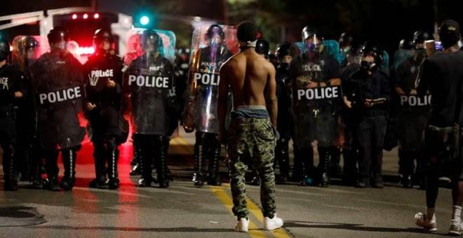 Un manifestante se encara con agentes de la Policía en San Luis (EEUU). | WHITNEY CURTIS (EFE)