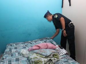 Guarda municipal faz revista em quarto de prostíbulo em Ferraz de Vasconcelos (Foto: Mariana Oliveira/ Prefeitura de Ferraz de Vasconcelos)
