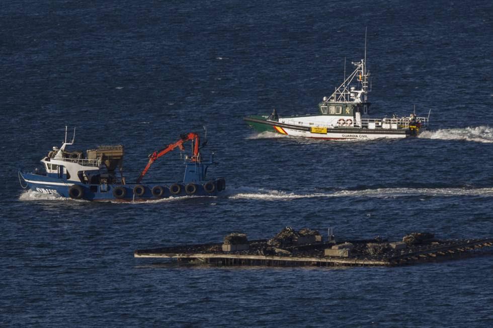 Una patrullera de la Guardia Civil realiza labores de búsqueda, ayer lunes, en la costa de A Pobra.