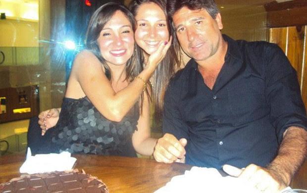 Renato Gaúcho com Carla Calvacante e a filha (Foto: Reprodução/Facebook)