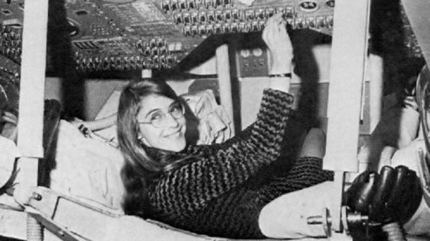 Margaret Hamilton en un simulador de