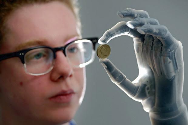 Controle dado pela prótese permite pegar moedas (Foto: Jeff J Mitchell/Getty Images)