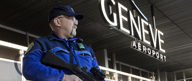 Policier armé à l'Aéroport de Genève le 12 décembre 2015. AFP / Richard Juilliart