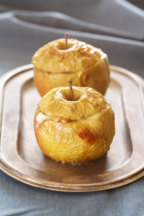 Stuffed apples with brie, raisins and thyme
