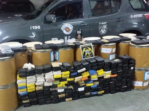 Droga estava em fundo falso em carro e em galpão em Jacareí (Foto: Divulgação/Baep)
