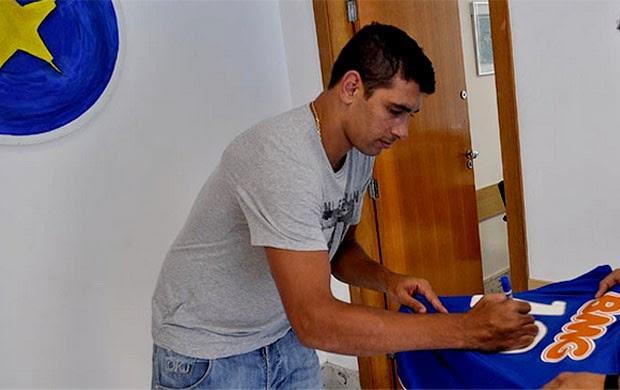 Diego Souza assina camisa do Cruzeiro (Foto: Divulgação / Site Oficial do Cruzeiro)