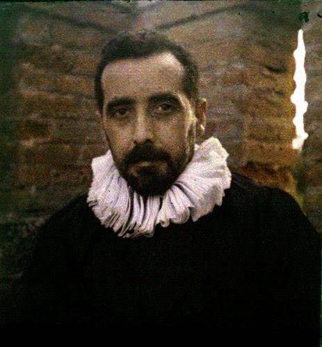 Miembro de la Real Sociedad Fotográfica de Madrid ataviado como un personaje de un cuadro de El Greco. Autocromo tomado hacia 1913