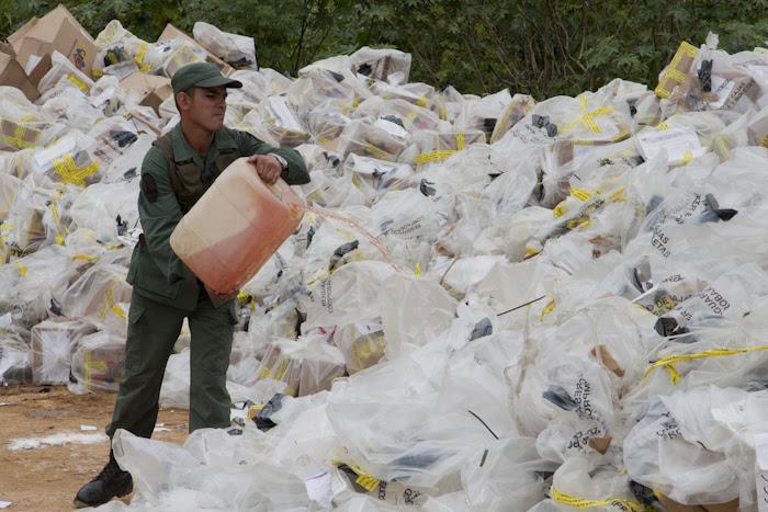 Oficial de la FANB durante destrucción de material electoral de comicios anteriores