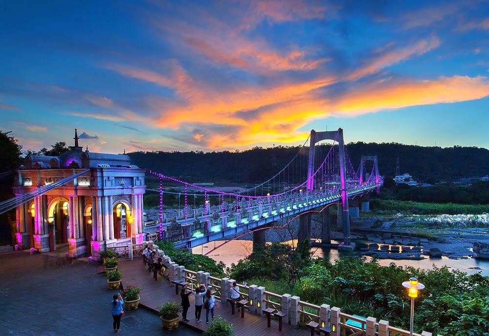 得到桃園市長獎由李後民拍攝的「大溪橋夕陽」讓人看見桃園日出、日落的美麗景象。