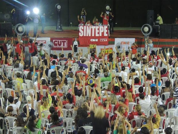 Em nova assembleia realizada nesta segunda, Sintepe decidiu continuar mobilização e manter greve, que já dura 17 dias (Foto: Luna Markman / G1)