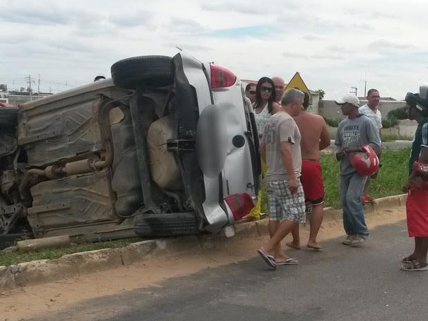 Carro virou na BR-428 em Petrolina (Foto: Luana Bernardes / TV Grande Rio)