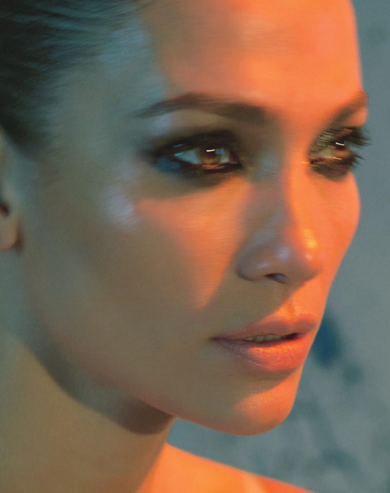 Jennifer Lopez tries on smokey eyeshadow look
