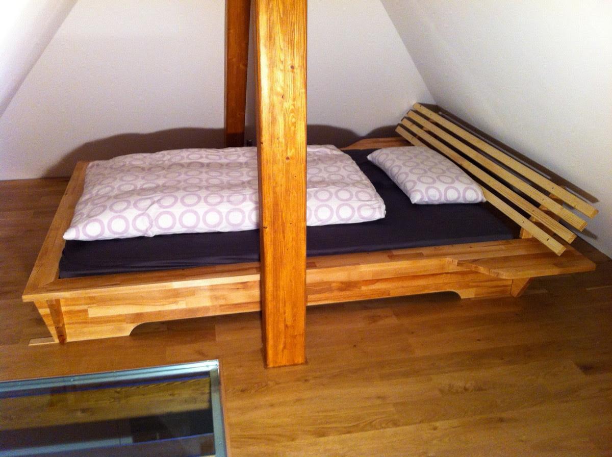 Bett fertig mit Matratzen aufgebaut