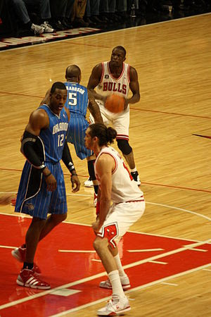 Luol Deng defended by QUentin Richardson. Dwig...