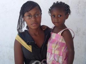 Angélica com a filha de 2 anos no colo (Foto: Janaína Carvalho)
