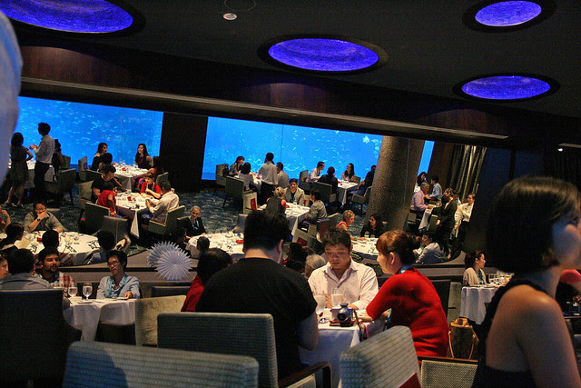Mirrors on the other side effectively double the restaurant space and brings the oceanarium view to the far side tables