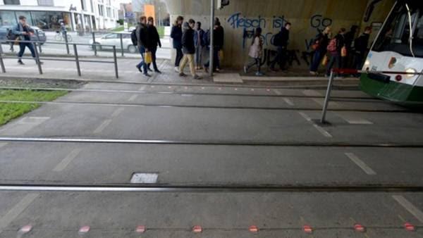 Ponen semáforos en el piso para los peatones que no dejan de mirar el celular