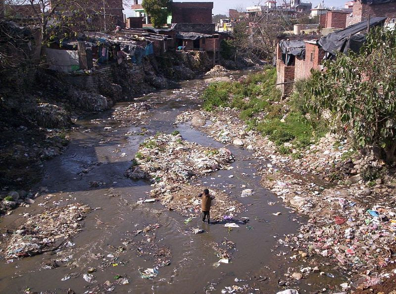 File:Slum and dirty river.jpg