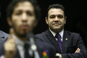 Presidente da Comissão de Direitos Humanos da Câmara dos Deputados, pastor Marco Feliciano (PSC-SP, ao fundo) acompanha discurso de seu colega Jean Wyllys (PSOL-RJ) no plenário da Casa