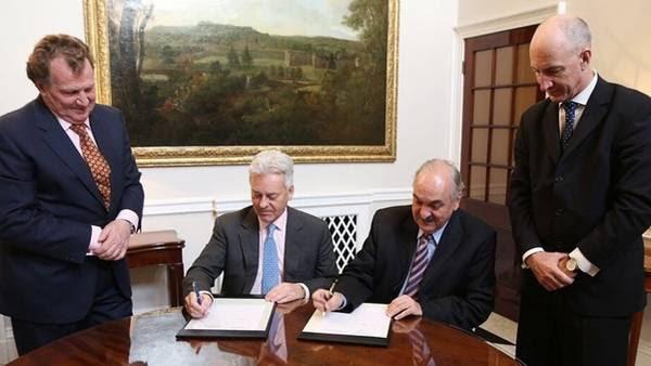 El momento de la firma del acuerdo para identificar a los soldados NN enterrados en Malvinas. Londres, el lunes pasado.