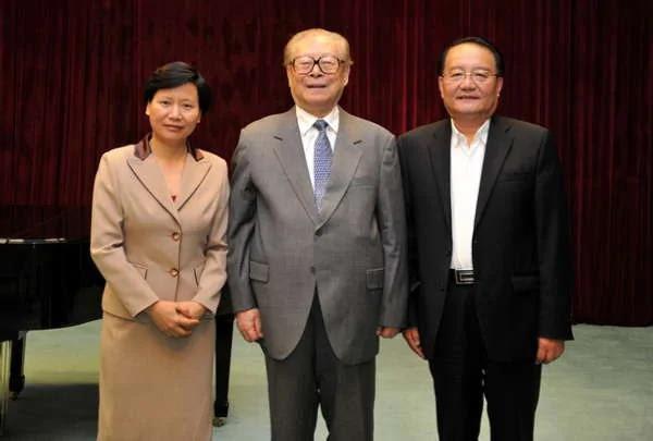 江泽民与上海海洋大学党委书记虞丽娟、校长潘迎捷合影