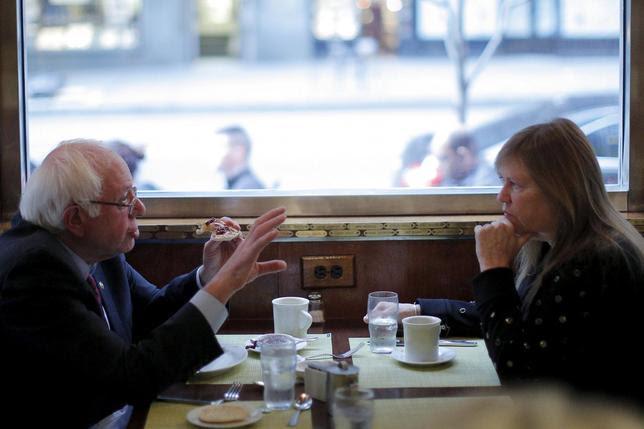 الولايات المتحدة المرشح الديمقراطي للرئاسة وعضو مجلس الشيوخ الأميركي بيرني ساندرز وزوجته جين تناول الطعام في العشاء بروكلين في مدينة نيويورك في 7 أبريل 2016. REUTERS / بريان سنايدر -
