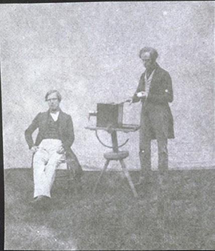 Nicolaas Henneman tomamdo un calotipo con el retrato de Pullen, hacia 1841.