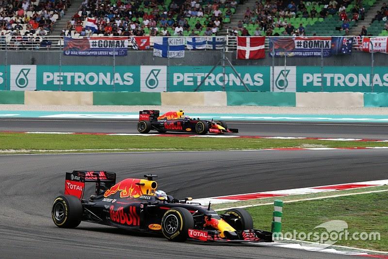 Hamilton quebra e Ricciardo vence GP emocionante na Malásia