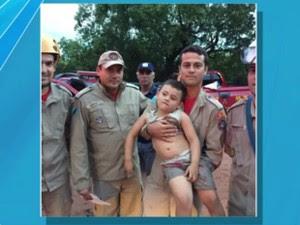 Menino foi resgatado por bombeiros (Foto: Reprodução/ TV Morena)