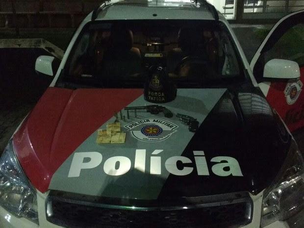 Dois homens foram presos e alor roubado foi recuperado (Foto: Divulgação/Polícia Militar)