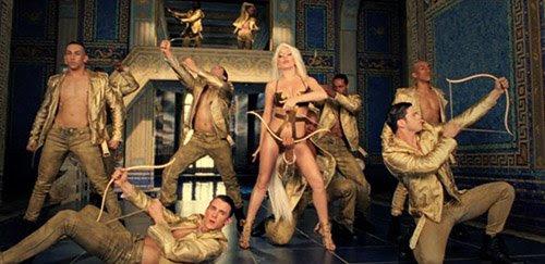 Himeros era un Erotes - colectivo de dioses alados asociadas con el amor y la lujuria.  Aquí, los bailarines de Gaga juegan el papel de varios Erotes.