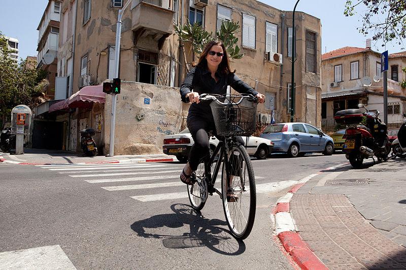 Shelly Yekhimovich con su bici en Tel Aviv