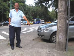 O porteiro Álvaro Delvalle aponta o local exato onde a professora Geisa foi baleada.