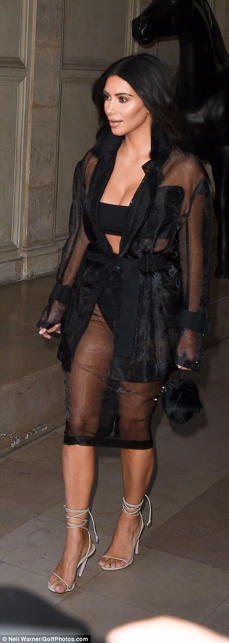 Kim Kardashian é visto em uma série preta pura em seu caminho para os escritórios Balmain em Paris em 28 de Setembro