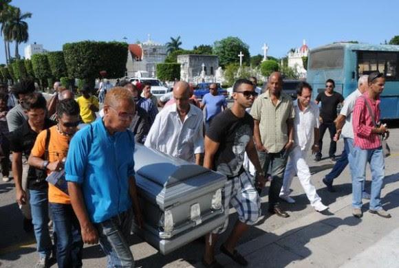 Familiares y amigos del declamador cubano Luis Carbonell, conducen el féretro donde reposan los restos del apodado Acuarelista de la Poesía Antillana, durante su sepelio  en el cementerio Cristóbal Colón, en La Habana, Cuba, el 24 de mayo de 2014.   AIN FOTO/Omara GARCÍA MEDEROS/sdl
