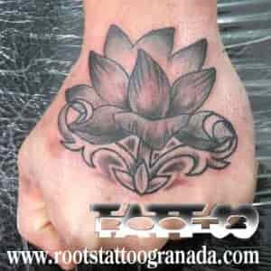 Tatuaje Mano Flor De Loto Gris Sombras Hombre Serafín Rabé Roots