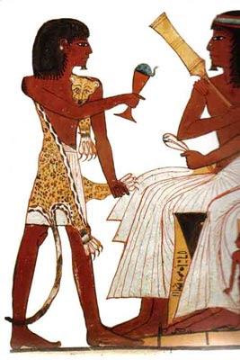 Un hijo del difunto Sennedjem, vestido con una piel de leopardo, realizando las funciones de «sacerdote sem»