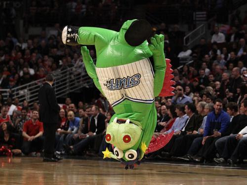20110321-bulls-game-mascot