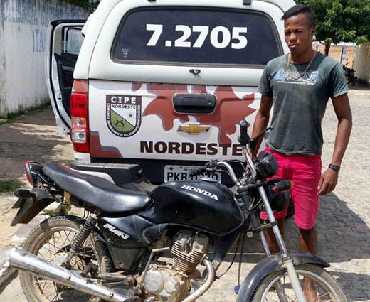 Moto estava com os números e a tarjeta da placa adulterados | Foto: Divulgação/ PM