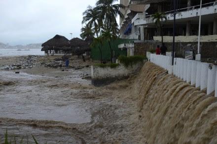 La tormenta tropical Manuel causó estragos en Acapulco. Foto: AP.