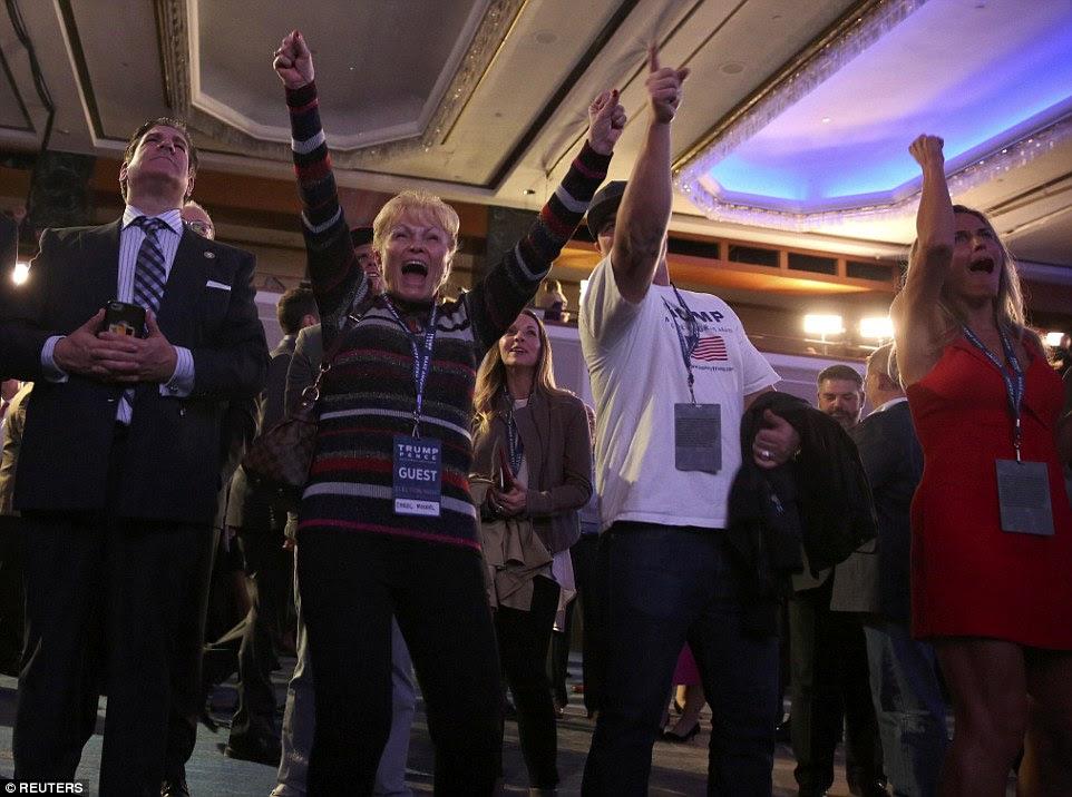 Excitação: apoiantes Trump gritar de alegria quando Trump assume a liderança na eleição presidencial na terça-feira