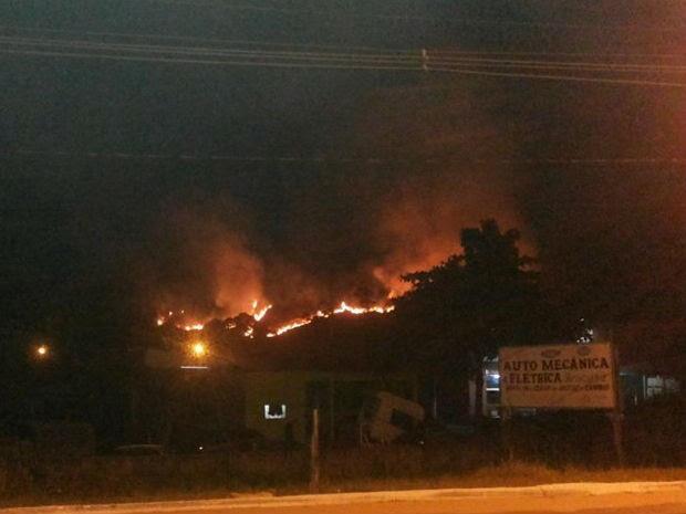 Um incêndio atingiu uma área grande de mata em Ubatuba na noite de quarta-feira (12). O fogo na mata, que fica próxima do Fórum da cidade, no bairro Estufa 2, durou cerca de duas horas. De acordo com o Corpo de Bombeiros, o fogo começou a se espalhar por volta das 22h e foi apagado por volta da meia-noite. Os bombeiros contaram com a ajuda de um carro da Defesa Civil e voluntários que estavam no local. Não há informações sobre o que teria motivado o incêndio. (Foto:  Maria Antônia Ikeda/Arquivo Pessoal)