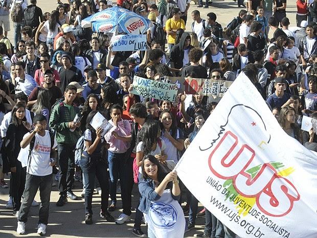 Estudantes de universidades federais fazem ato em apoio à greve dos professores. Segundo o Sindicato Nacional dos Docentes das Instituições de Ensino Superior (Andes), atualmente professores de 54 instituições federais de ensino superior paralisaram as at (Foto: Antônio Cruz/ABr)