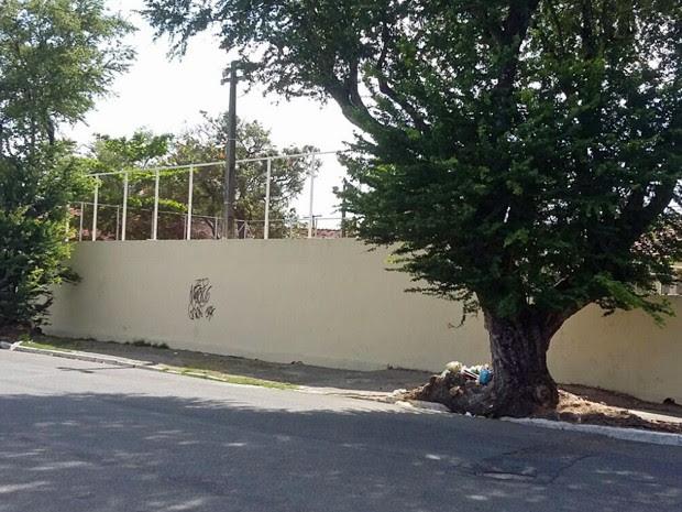 Segundo a polícia, dois homens encapuzados pularam muro da quadra enquanto vítima assistia jogo de futsal, por volta das 21h. Após o crime, eles fugiram correndo  (Foto: Danielle Fonseca / TV Globo)