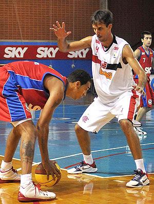 Marquinhos, do Pinheiros, e Marcelinho, do Flamengo (Foto: João Pires / Divulgação)